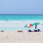輝くコバルトブルーと白いビーチ キューバの一人旅2